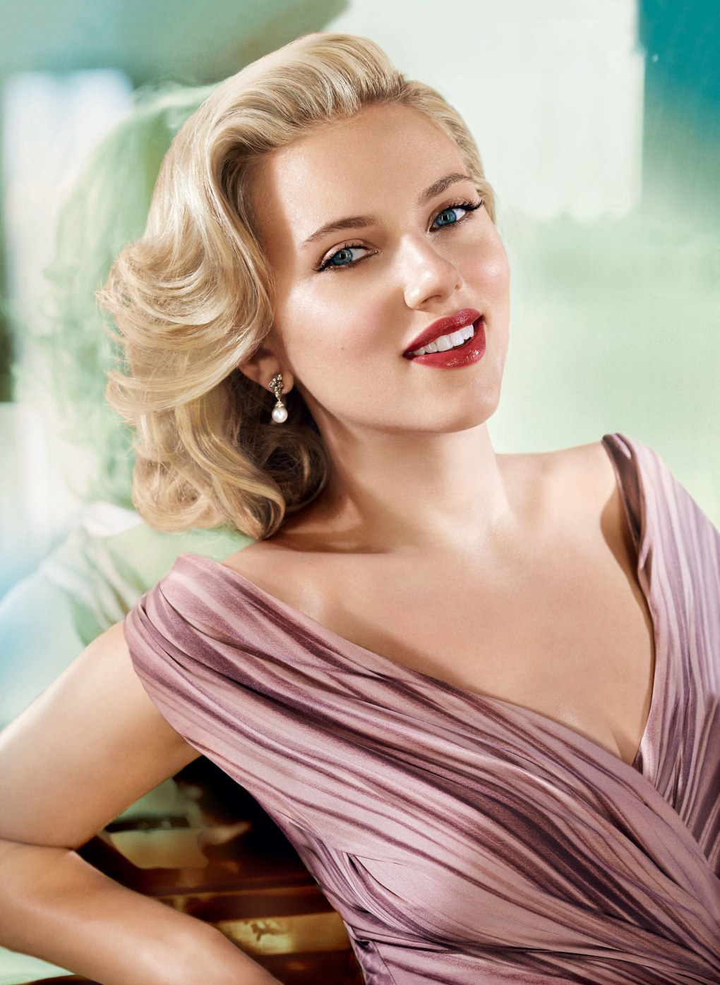 00-holding-scarlett-johansson-5-things